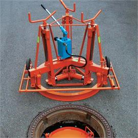 Manhole frame lifter partly hydraulically for shafts with a diameter of approx. 625 mm