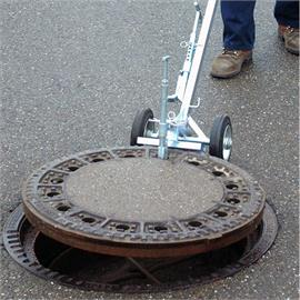 Manhole plug lifting devices with lever action