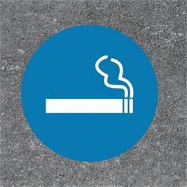 La zona de fumadores marca el suelo en forma redonda azul/blanco